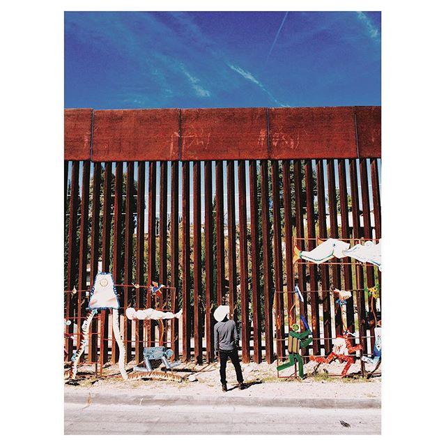 """The Mexico/United States border fence  is aimed at preventing illegal crossings from Mexico into the United States. The barrier is not one continuous structure, but a grouping of relatively short physical walls, secured in between with a """"virtual fence"""" which includes a system of sensors and cameras monitored by the Border Patrol. The current border fence is about 21 feet tall and 6 feet deep in the ground, cemented in a 3-foot wide trench. #borderstories ——————— La cerca fronteriza de México-Estados Unidos tiene como objetivo prevenir los cruces ilegales desde México hacia Estados Unidos. La cerca no es una estructura continua, sino una agrupación de paredes físicas relativamente cortas, aseguradas entre una """"cerca virtual"""" que incluye un sistema de sensores y cámaras vigiladas por la Patrulla Fronteriza. La cerca de la frontera actual es de unos 21 pies de alto y 6 pies de profundidad en el suelo, cementado en una trinchera de 3 pies de ancho."""