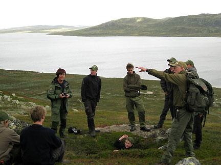 Naturveileder Brita Homleid Lohne og lokalhistoriker Sigmund Holthe underviser deltakere på villreinsenterets fangst- og villreinjaktkurs.Last ned  reportasjen (pdf) fra 2008.