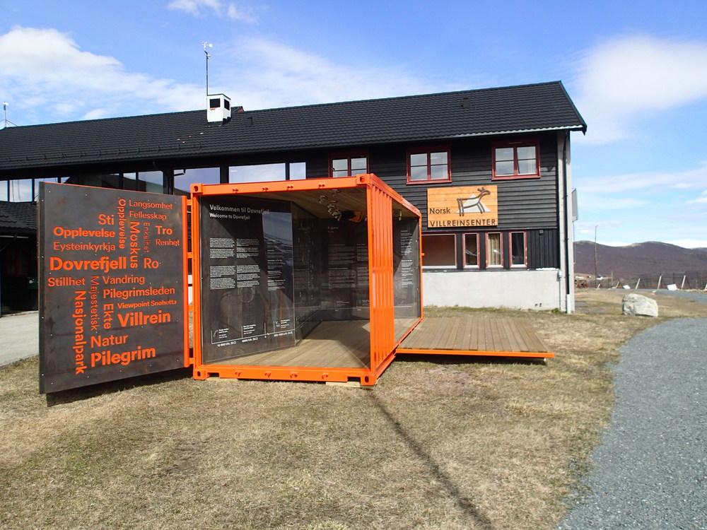 Attraksjonene i Besøkssenter villrein på Hjerkinn befinner seg utendørs. Her ser vi inngangen til Fangstminneparken som ble åpnet i 2015.