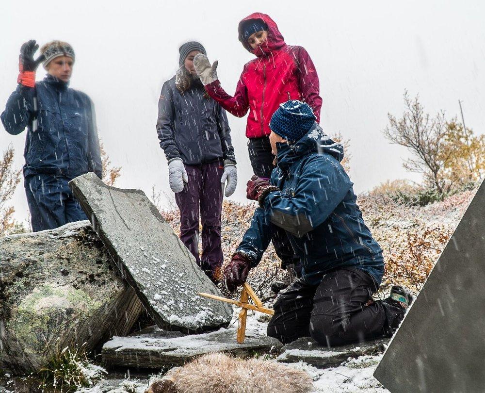 Gamle fangstmetoder for villrein, falk og pelsvilt formidles i fangstminneparken ved Norsk villreinsenter Nord. Foto: Rebecca Nedregotten Strand.