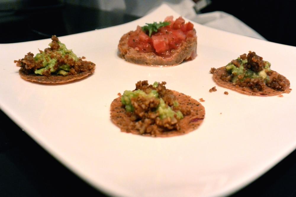 """Tacos de """"viande"""" végétale, guacamole, refritos et salsa de tomates"""