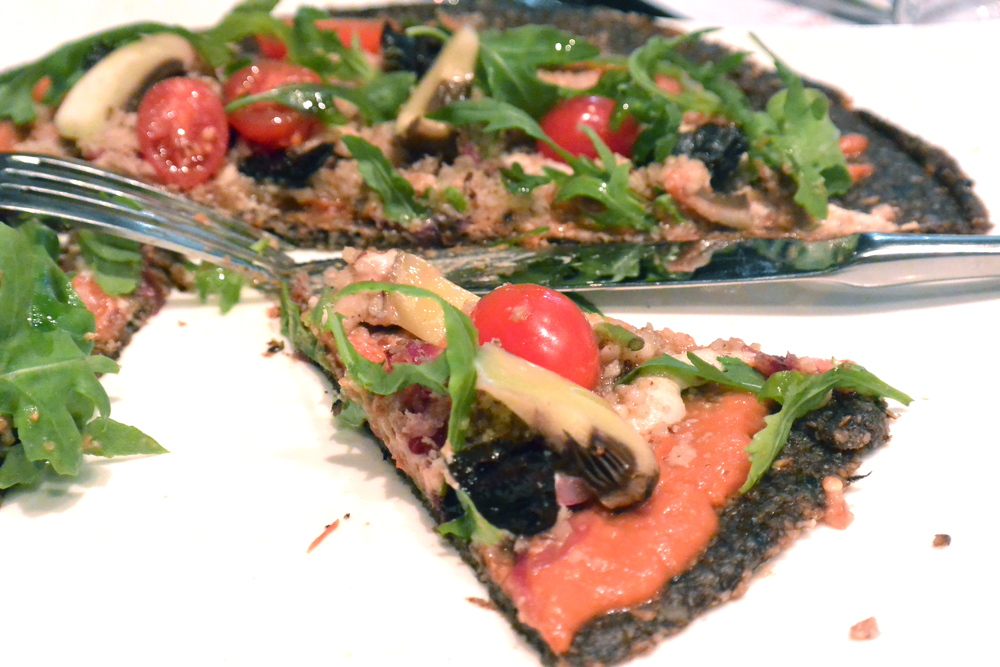 "Pizza : tomates, champignons, oignons, ""fromage"", roquette"