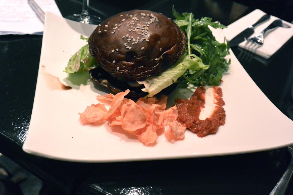 Burger de champignons portobello, chips des légumes déshydratés
