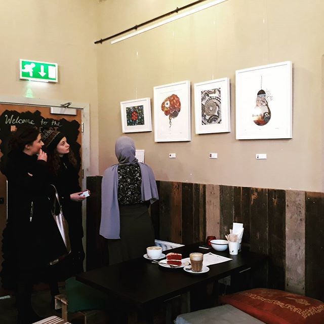 Artist Elhaam @elhxxm talking about her work @applecartartscafe See her drawings until 31Jan2018.  #artexhibition #Newham