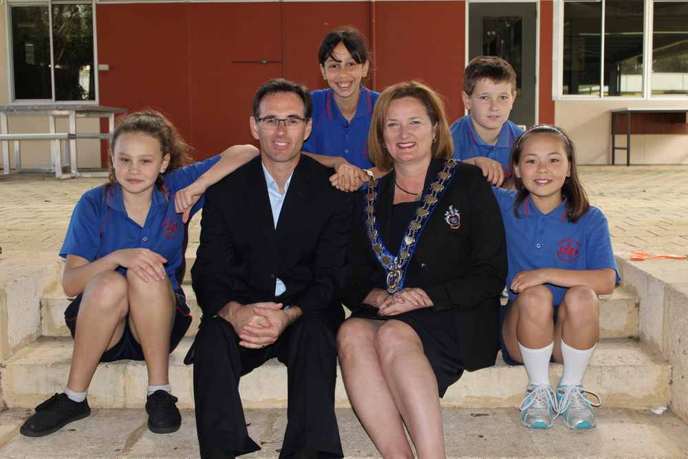 PHOTO: City of Mandurah  L-R   Dudley Park Primary School students Brody Lee, Shinju Littlefair, Shayla Jane and Makenah Handy with Principal Nathan Simms and Mayor Marina Vergone. Absent: Oscar Loader and Veronese Stultz The students will be attending the 2015 Melbourne Water Kids Teaching Kids conference after winning a City of Mandurah scholarship.