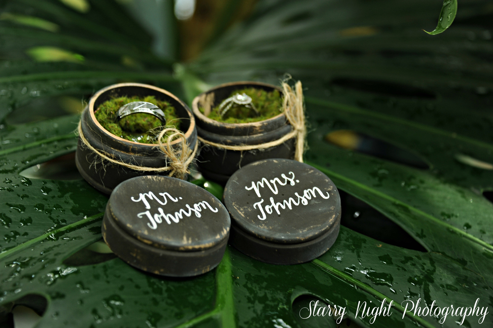 I just love the ring holders they use...I can't get over the moss <3