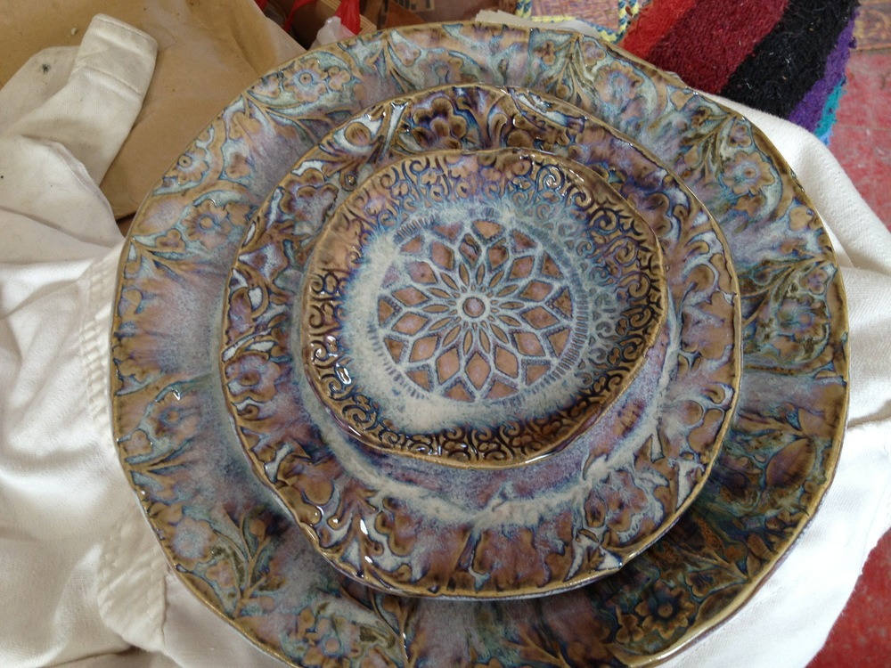 Lace-stamped plate set