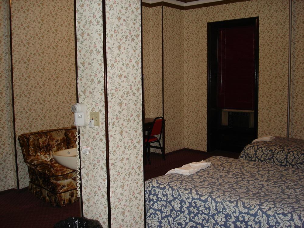 HOTEL 31-303-02.JPG