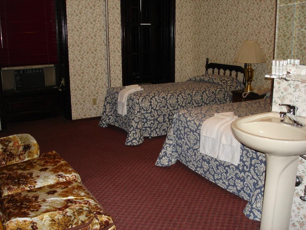 HOTEL 31-303-06.JPG