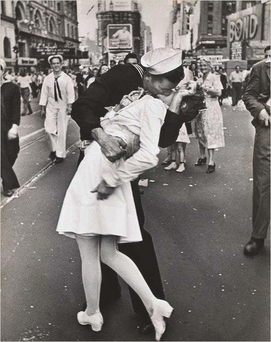 "jimmypage :      charlottevale  |  readingiscrazy  |  lisztomania  |  hmizzle  |  thestark  |  thedailywhat :        Iconic Death of the Day:  Edith Shain, a former nurse whose impromptu V-J day kiss with American sailor George Mendonça was captured by Alfred Eisenstaedt's in his iconic photograph "" V–J day in Times Square ,""  passed away on Sunday  in Los Angeles. She was 92.   RIP.   [ kgo-tv .]       My heart broke. I loved those adorable little interviews she would give every couple of years."
