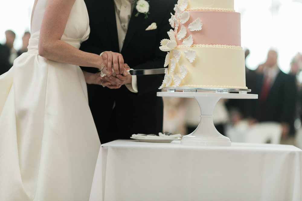 Wisconsin_Wedding_acowsay_Uttke_Photography_Cake_Cutting.jpg