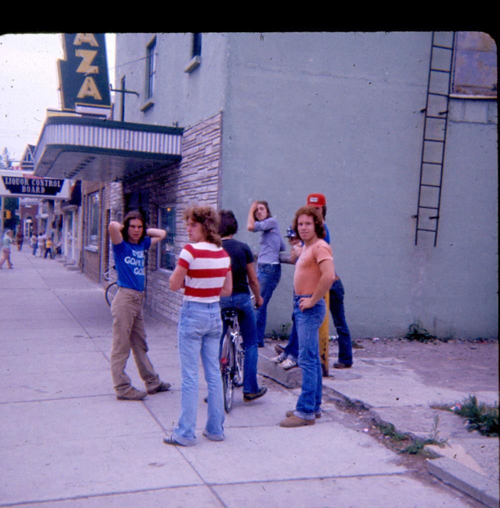 People,1977-Shannon-&-others-outside-theatre,.jpg
