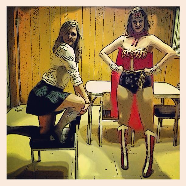 #superschoolgirl and #wonderwoman #posing in between #shots hahaha #haloween#shenanigans#babes#costumes#wonderwomanmovie#filmset#comicbook#comicapp @spizzazz photo cred: @jasmincharters #goodtimes