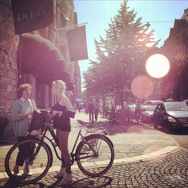 Last morning in #stockholm the streets were buzzing, the #sun was shining… I was sad to leave but happy to be on my way home… Heh då #sweden #ladies #chatting #bicyclelove (Taken with  Instagram )