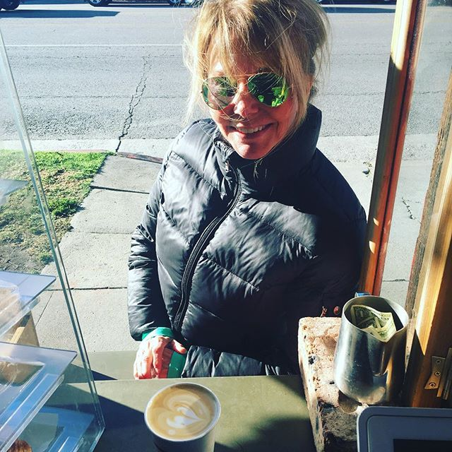 @susie8437 keeping warm on this freezzzingg Cali day ❄️❄️❄️ #coffeeinla #aussiestyle #fourbarrelcoffee #coffee #manicmonday