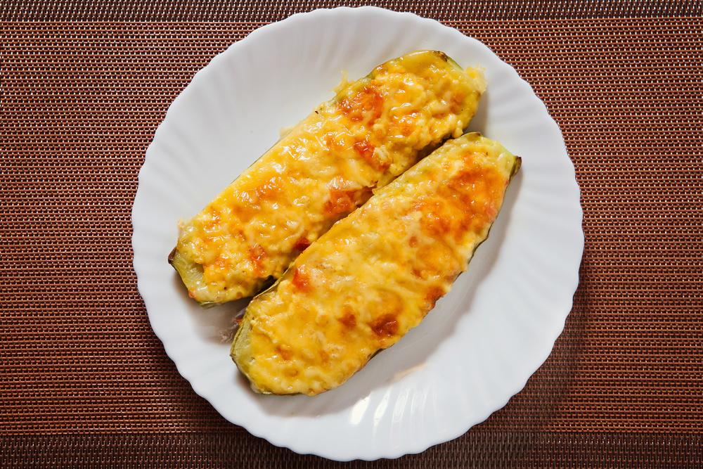 ФАРШИРОВАННЫЙ КАБАЧОК  два вида сыра, мякоть кабачка, помидор