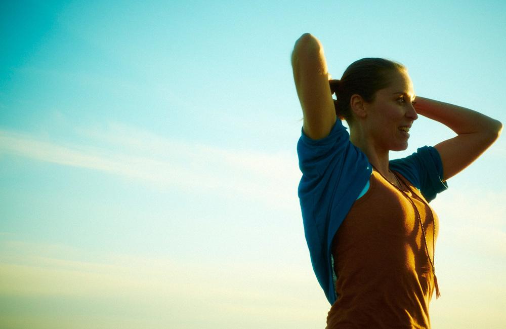 Välkommen   Roots & Crown erbjuder genuint engagemang, bred kunskap och passion att hjälpa människor som vill hitta sin balans. Med lugn inkännande terapeutisk yoga tränar du upp en förmåga att vara närvarande i dig själv och livet – en förmåga som genomgripande kan öka din livskvalitet.