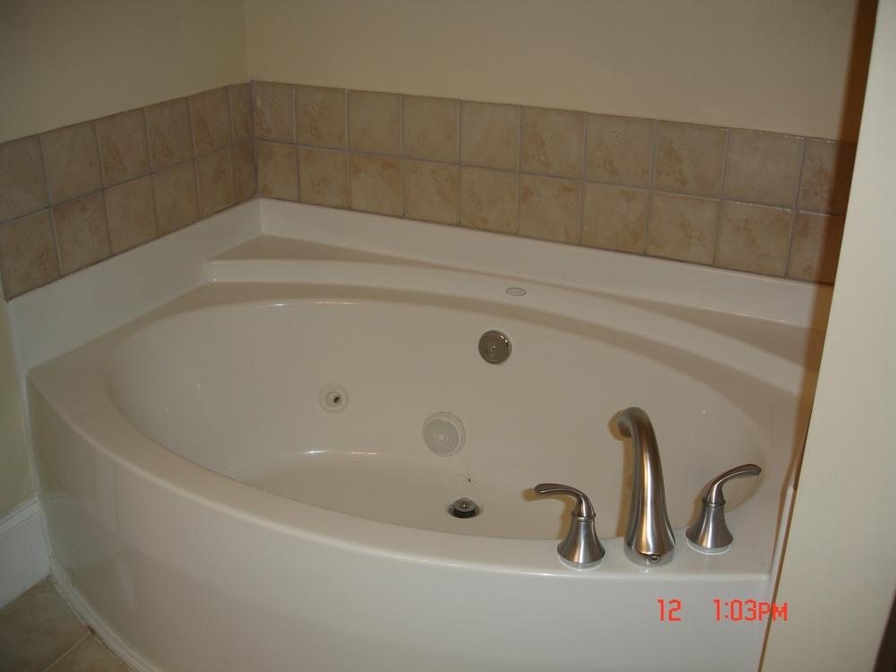 Rosemary Street, 400 W. - #112 - Jacuzzi tub.JPG