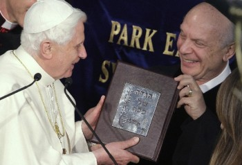 Pope Benedict receives gift from Rabbi Arthur Schneier, April, 18 2008/Max Rossi