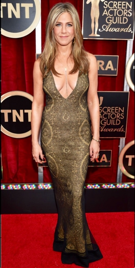 Now THIS is what we expect from Jen...a glam but slightly bohemian look that shows off that fabulous body, sunkissed skin and beachy locks. Looking like a golden goddess in a gown covered in peacock-print beading from Galliano's Spring 1998 collection. She played up the plunging neckline with a long chain necklace by Amrit and earrings and a bracelet by Fred Leighton.