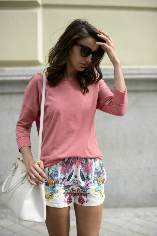Simple, but chic, formula: printed short + solid-color tee. A half tuck works great with shorts, especially those with drawstrings. Image credit: lovely-pepa.com
