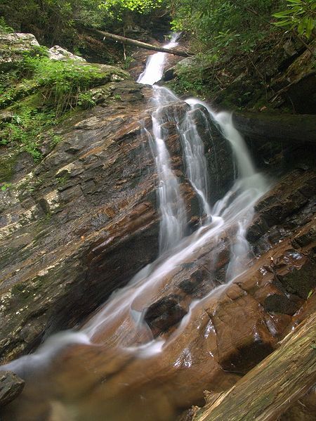 By Wncoutdoors (NorthCarolinaWaterfalls.info) [CC-BY-SA-3.0 (http://creativecommons.org/licenses/by-sa/3.0)], via Wikimedia Commons