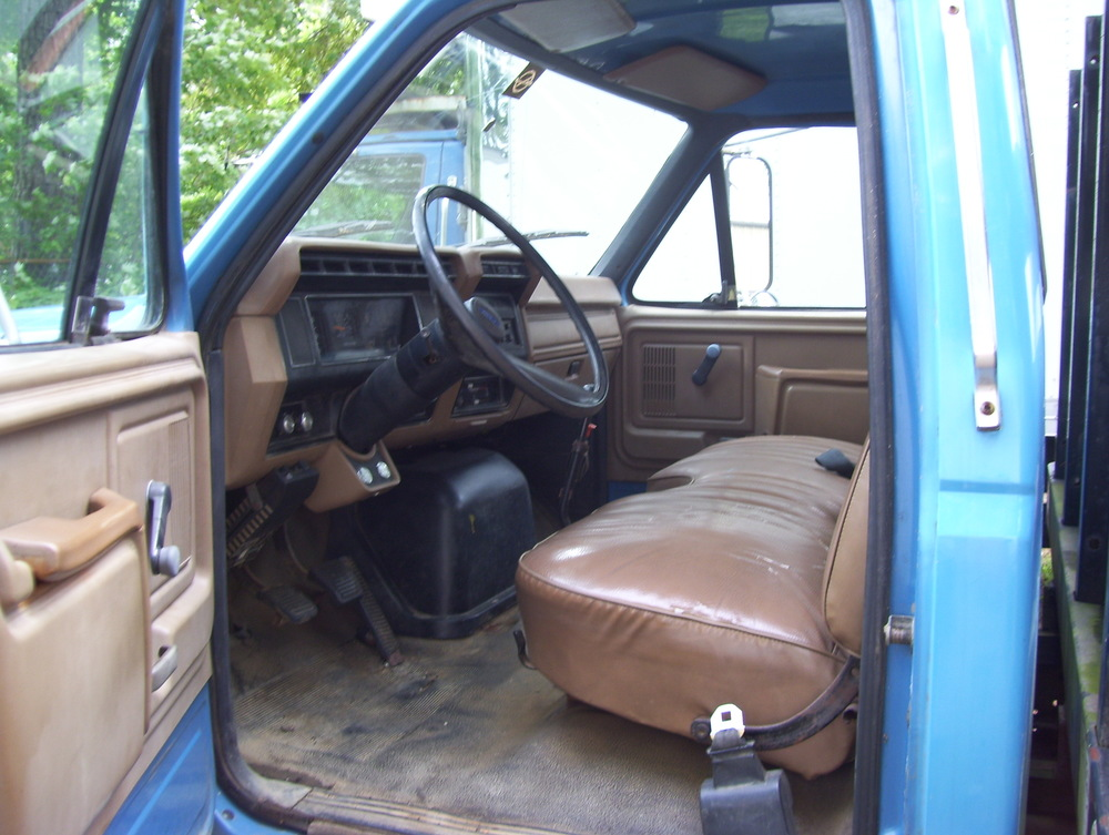 Ford F800 Stake Body with Liftgate 004.jpg