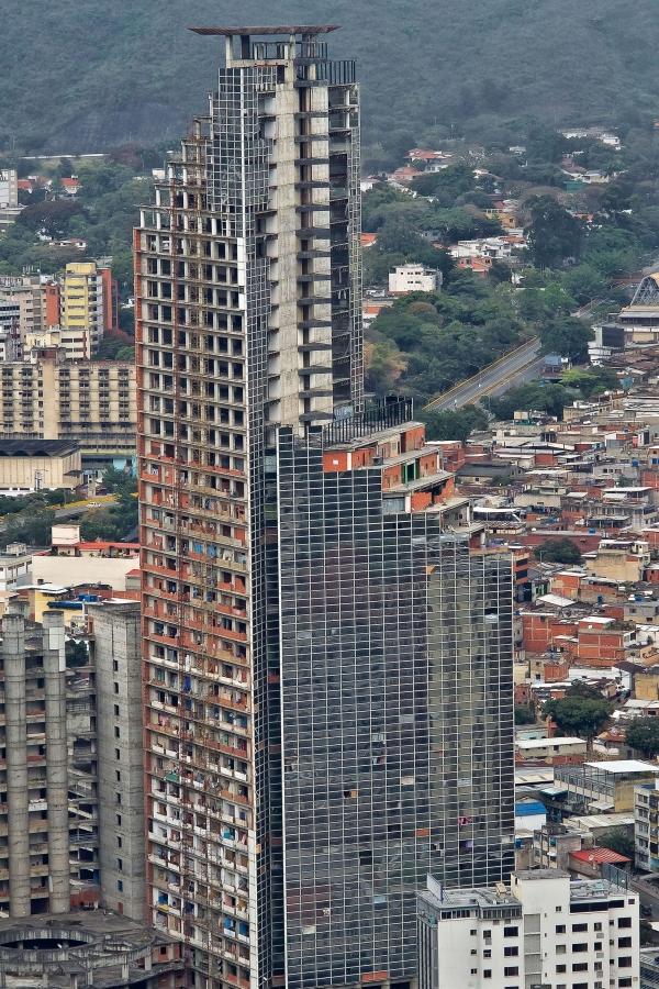Torre de David - Favela/Barrio mas alto del mundo. Es un centro empresarial abandonado y nunca terminado. (Foto:www.imutc.org)