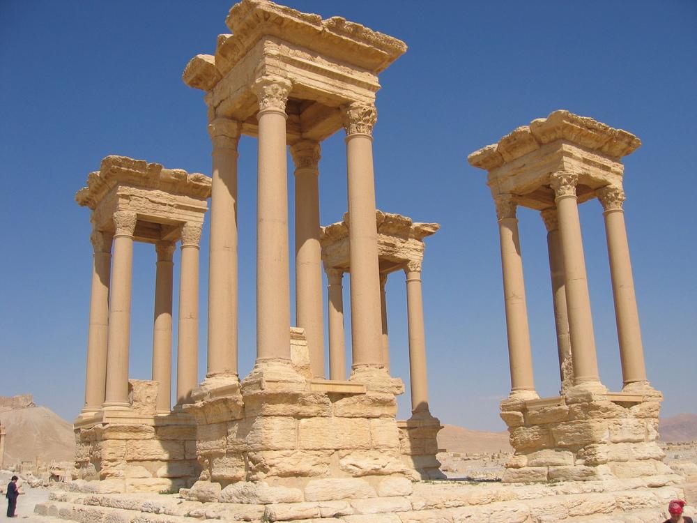 Palmira. Notese el tamaño de las columnas comparado con el hombre en la izquierda.