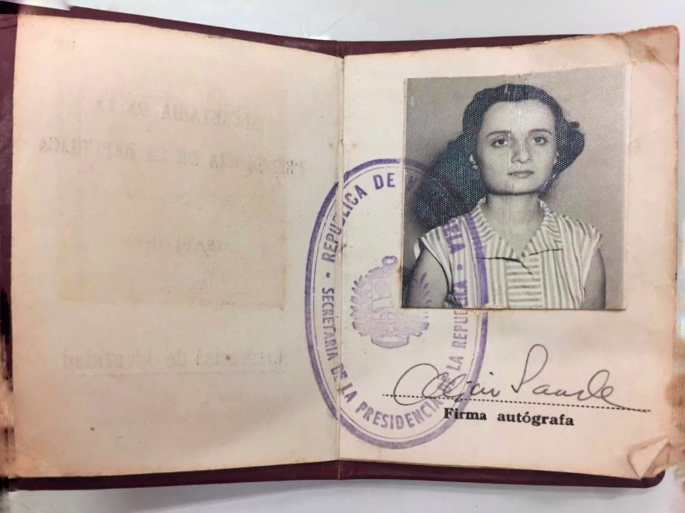 El credencial de identidad de Alicia durante su trabajo en la Secretaria de la Presidencia de la República