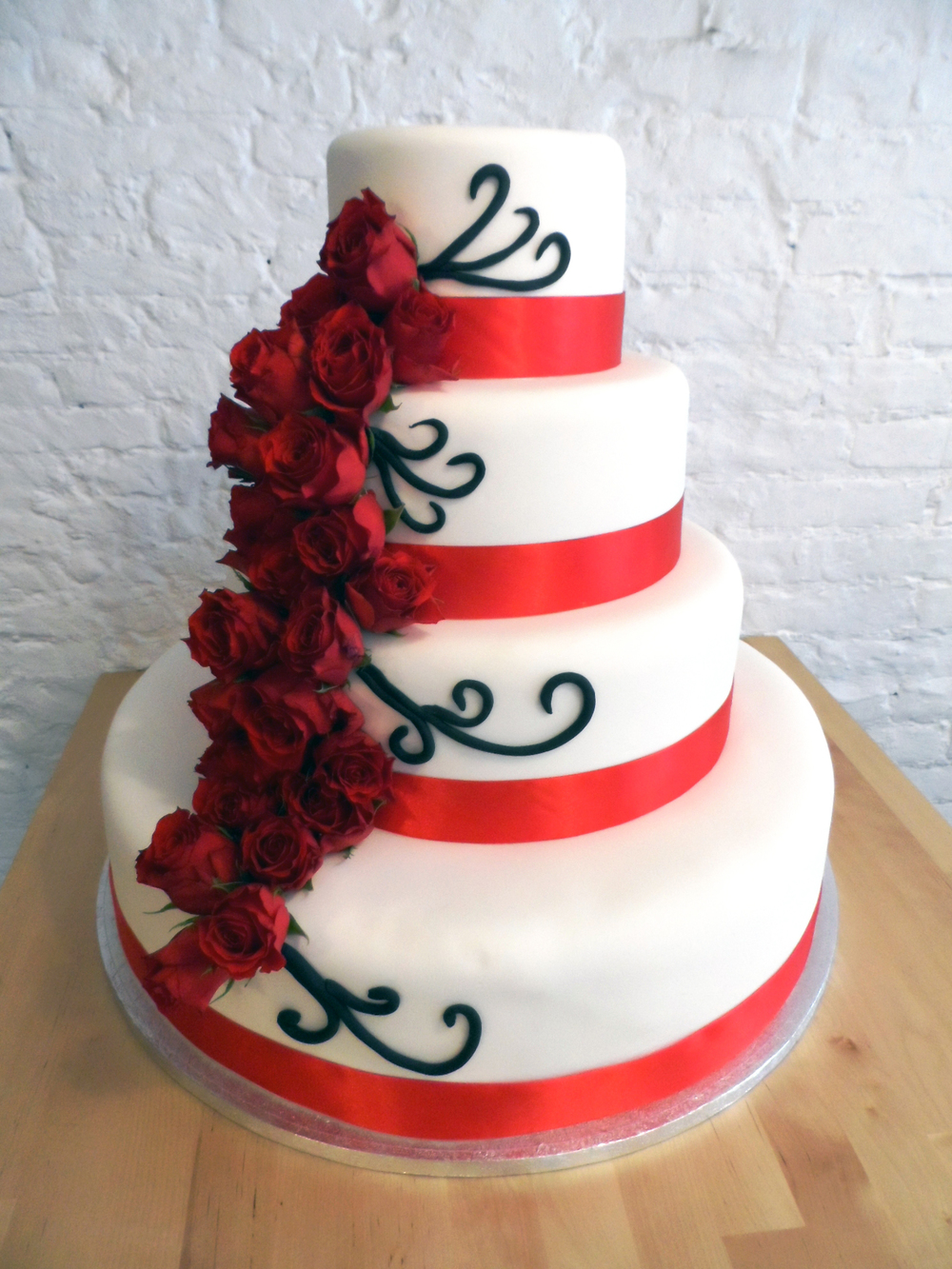 Weddingcake red roses
