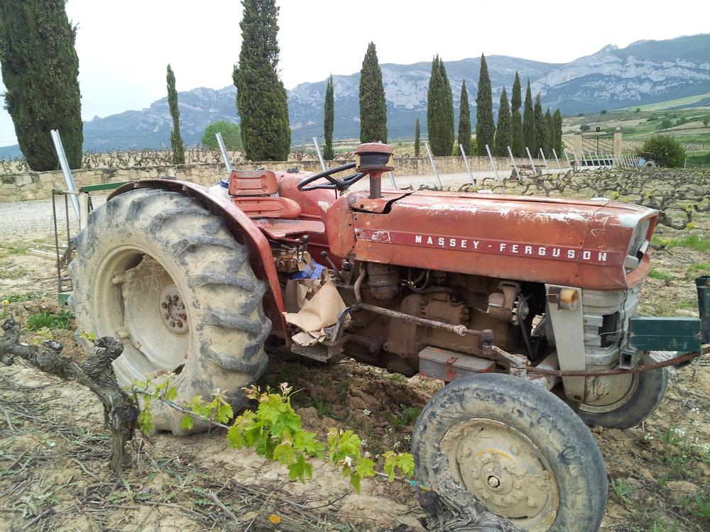 Tractor_Vineyard_Spain.jpg