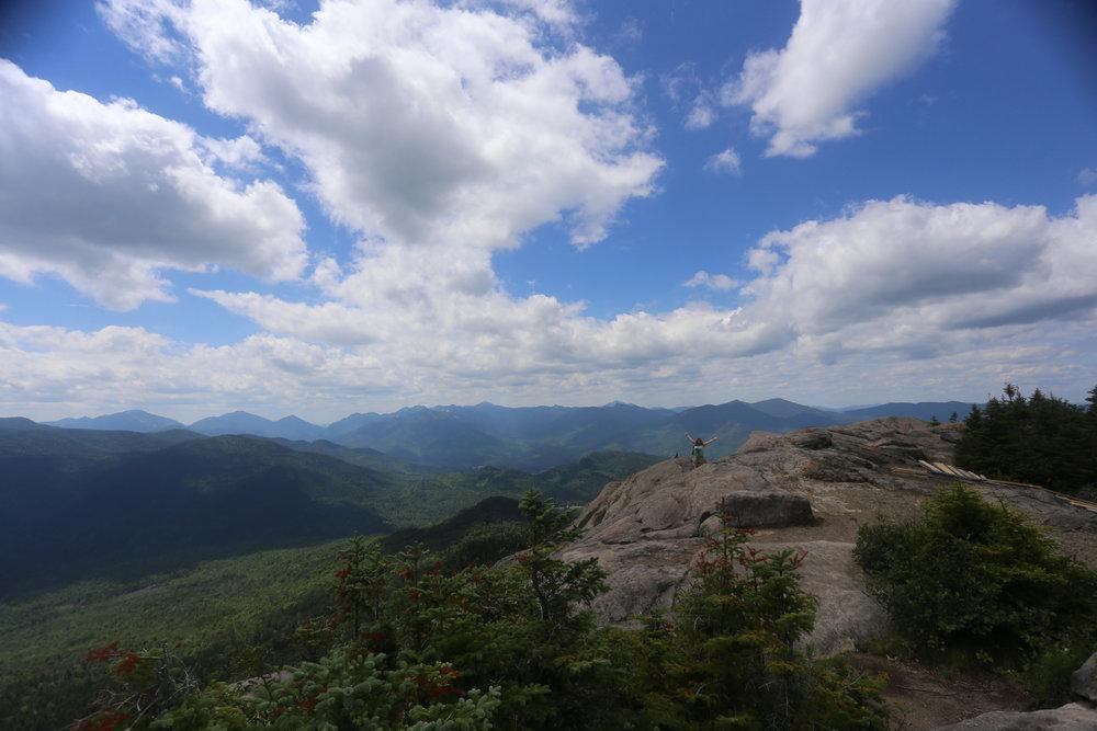 En la cima de uno de los picos de los Adirondack's junto a mi amiga Karla