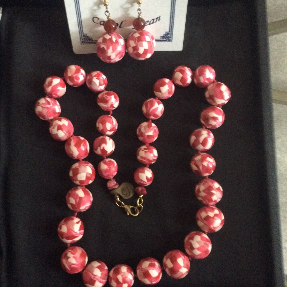 Carol Jean Speranzella.  Necklace and earring set, hand crafted polymer clay beads. More work by this artist at WVHighlands Artisans Gallery and online at  www.wvhighlands.net    FMV   $69      I    GUAR PUR   $83      I     MIN BID$28       I    BID INC$5