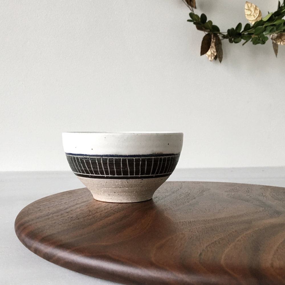 Matte white/NAVY dipping bowl and BLACK WALNUT serving board gift set