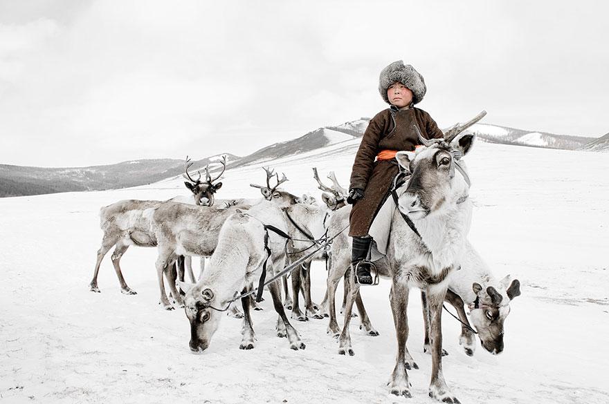 photographs-of-vanishing-tribes-before-they-pass-away-jimmy-nelson-23__880.jpg