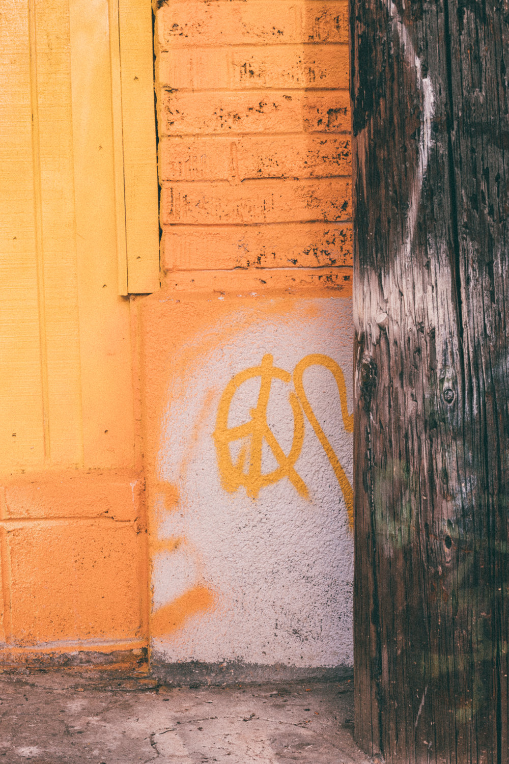 Yellow Peace Sign Graffiti Venice Beach Photography / Canon 5D Mark IV / kelly creative