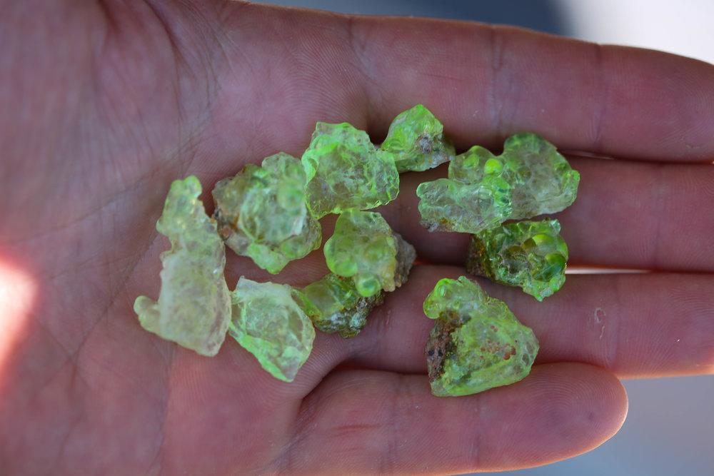 Fluorescing hyalite opal