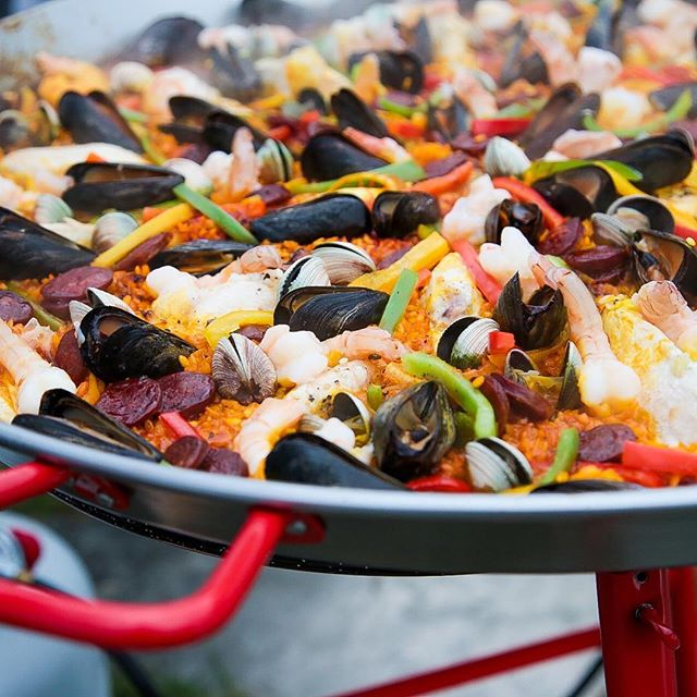 I love talking about the #weather because I'm from Ohio and it's what we do especially when it is AMAZING! And what's the only thing better than cooking a delicious meal? Cooking OUTSIDE 😍 I had so much fun being the sous chef to @stonerandall for the big #paella 🥘 party in the #hamptons last year, and there wasn't a spec of food left when we were done! Cooking outside is the best and here are my faves: turkey fryer, pizza oven, grill, clambake... what is your favorite type of outdoor cooking? #cookout #cookingoutside #summer