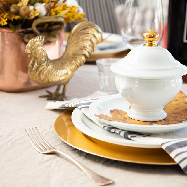 Who is excited for #thanksgiving next week?! 🙌🏼Save yourself the last minute scramble of setting the table by planning ahead so you don't end up missing one glass or needing an extra dinner plate. This one is all about mixing #copper and #gold to create a table that feels like #fall without being the usual orange and red. I can't decide if I like making the meal or setting the table best how about you? (Ps if you want to check out the video click the link in bio)