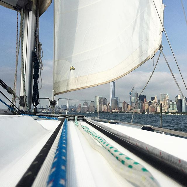 Broad reaching back towards the city after a casual afternoon sail around the statue with a few cocktails. Blue skies finally gracing us with their presence. #manhattan #nyc #sail #sailing #skyline #wtc