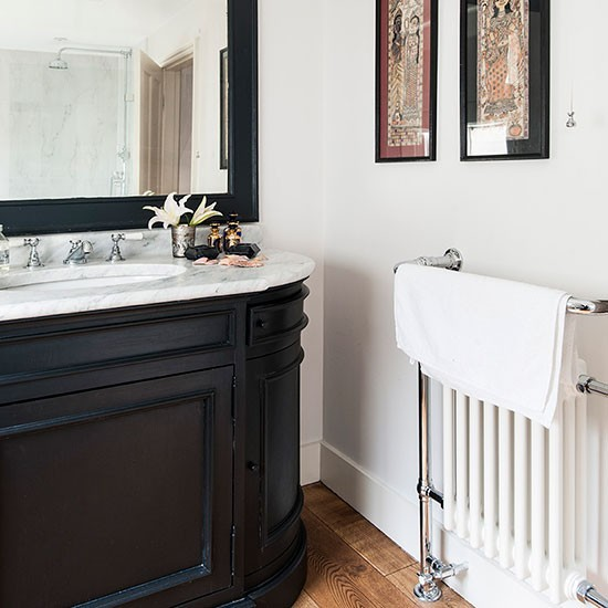 Black-and-White-Bathroom-25-Beautiful-Homes-Housetohome.jpg
