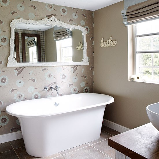White-Roll-Top-Bathroom-Country-Homes-and-Interiors-Housetohome.jpg