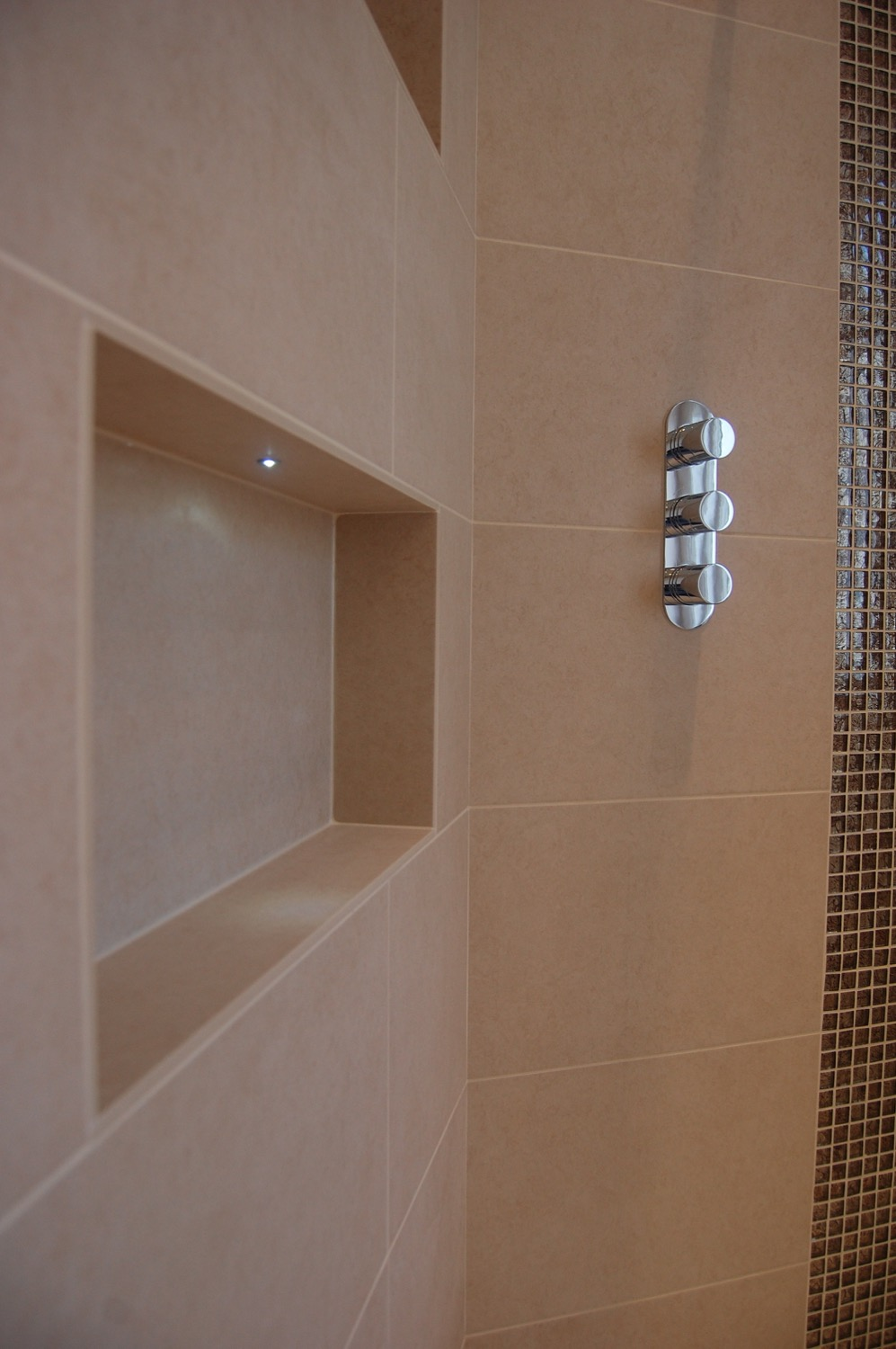 Bathroom recesses and feature lighting08.jpg