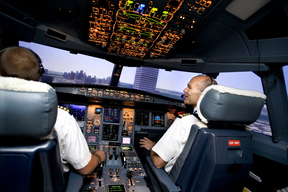 Reportage about the flight simulator of KLM.   Use: Magazine KLM Agent   Cliënt: KLM