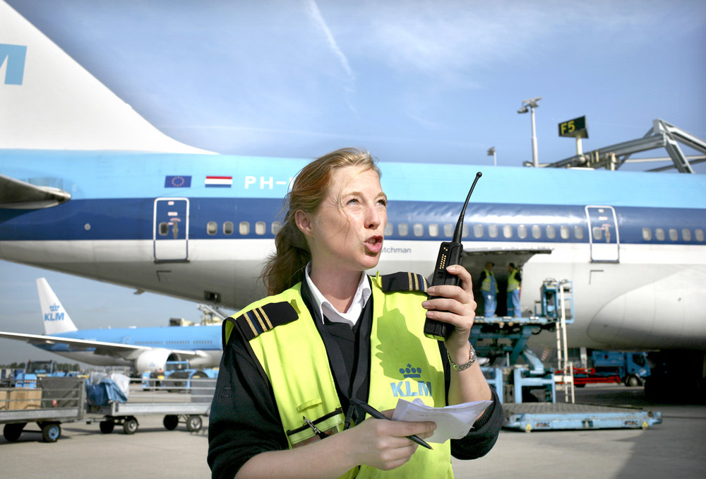 Working on the platform of Schiphol Airport   Use: Intern magazine    Cliënt: KLM Agent