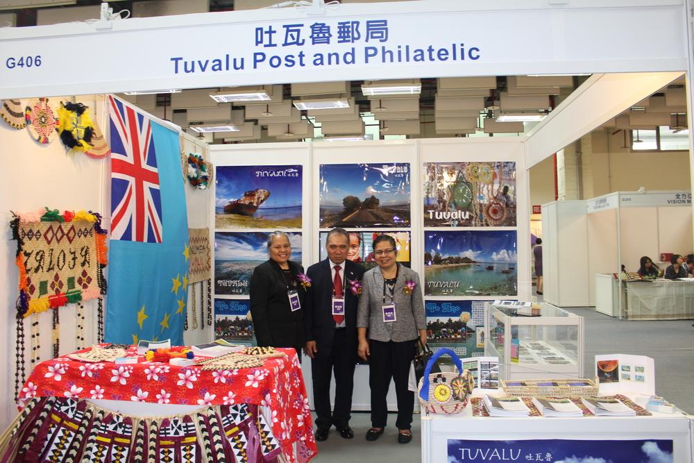 Ambassador and First Secretary from Tuvalu and Ambassador from Kiribati visitthe Tuvalu Booth/吐瓦魯大使與一等秘書以及吉里巴斯大使參觀吐瓦魯攤位