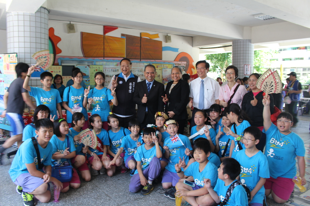 Ambassador and Madame Taupo with New Taipei City Council Member Tsai, Dengkong Principal Zhang, the sixth grade students at Dengkong, and Dengkong teacher Ms. Zhong/陶敏德大使伉儷、新北市議員蔡葉偉先生、鄧公國小校長張榮輝校長、鄧公國小六年四班,以及鄧公國小老師鍾翠霞老師