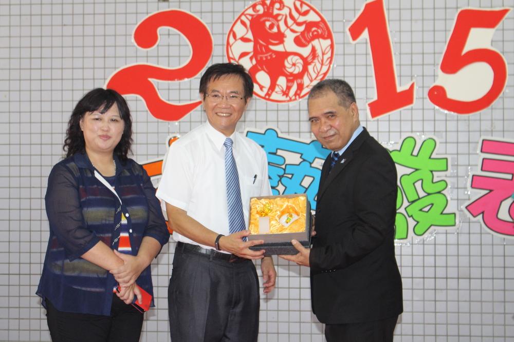 Gift presentation by Dengkong Principal Zhang to Ambassador Taupo/鄧公國小校長張榮輝校長贈送禮物給陶敏德大使