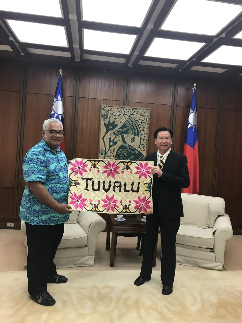 Hon. Minister Neemia presented the Tuvaluan handicrafts to Hon. Dr. Jaushieh Joseph Wu, Minister of Foreign Affairs, R.O.C. (Taiwan).